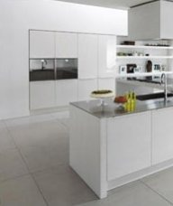Pareti cucina moderna bianche colorate minimali poche mensole orologio accessori plexiglass - Mensole cucina moderna ...