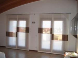 Soggiorno moderno poltrone divani parete attrezzata quadro stampa pavimento tende - Tende moderne per soggiorni ...